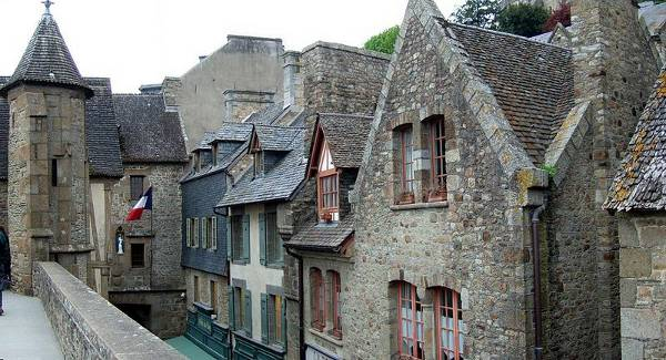 800px-mont_saint_michel_village-foto-de-stevage-wikimedia-commons